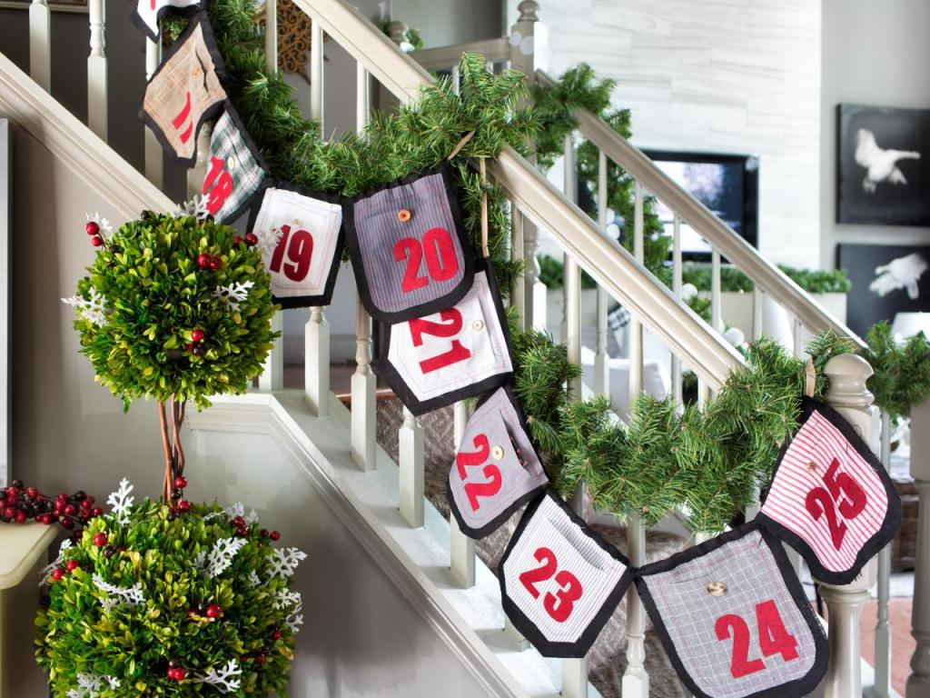 30 Staircase Christmas Decoration Ideas to DIY this Year